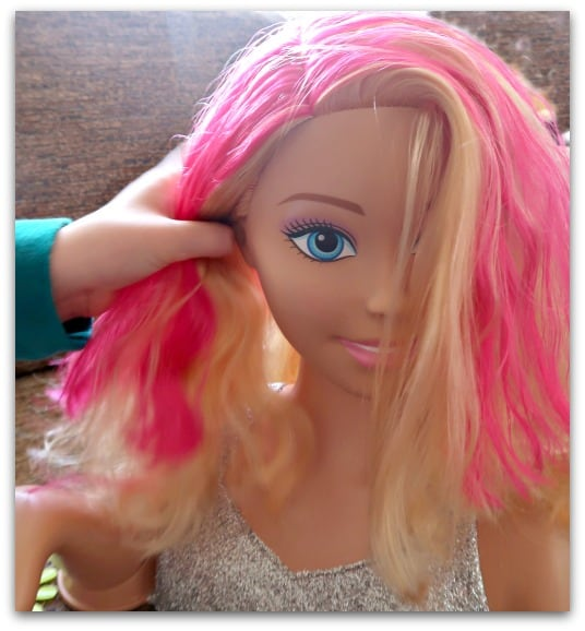 With blond or pink hair, you can create a range of different styles and colour effects with the Barbie Flip and Reveal Deluxe Styling Head